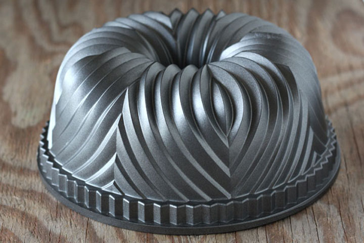Bundt Pan with patterned lines